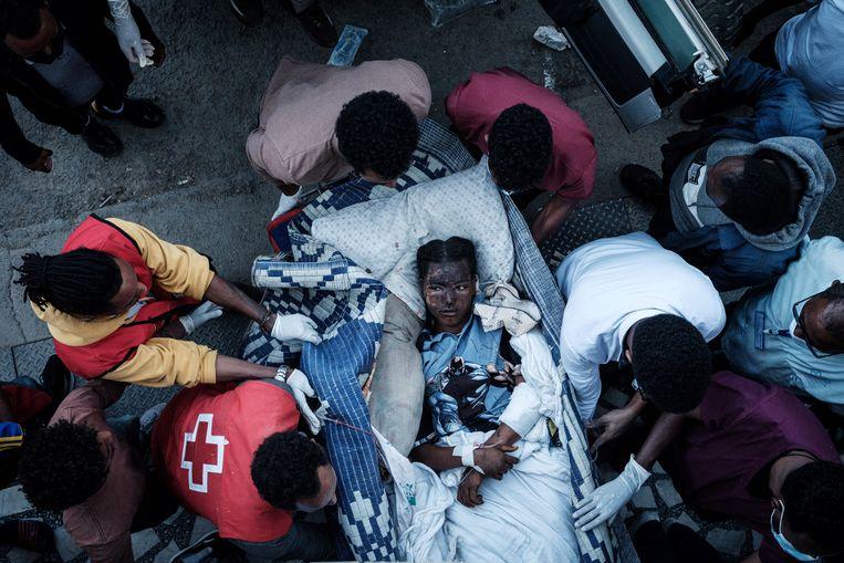 Een inwoner van Tigray, in de buurt van Mekelle, krijgt medische hulp na een luchtaanval een paar dagen geleden. Beeld AFP