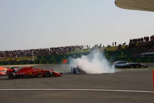 Chaos in de bocht nadat Verstappen Vettel aantikt.