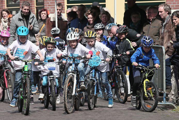 De Dikke bandenrace tijdens Koningsdag in Lochem. Dit jaar zit het er niet in. Alle activiteiten rondom Koningsdag zijn afgelast. De Lochemse Evenementen Organisatie (LEO) vond wel een alternatief voor kinderen uit de gemeente Lochem.