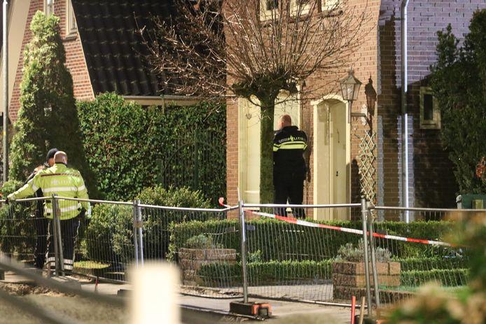 Agenten staan bij de overvallen woning in Klarenbeek.