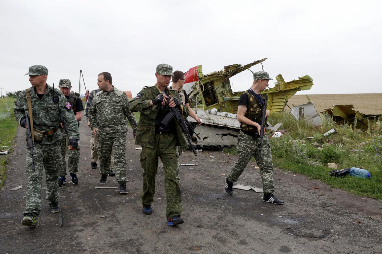 18 juli 2014: rebellen van de Volksrepubliek Donetsk, met de zelfbenoemd gouverneur Paul Goebarev (derde van links), inspecteren de brokstukken van de MH17.