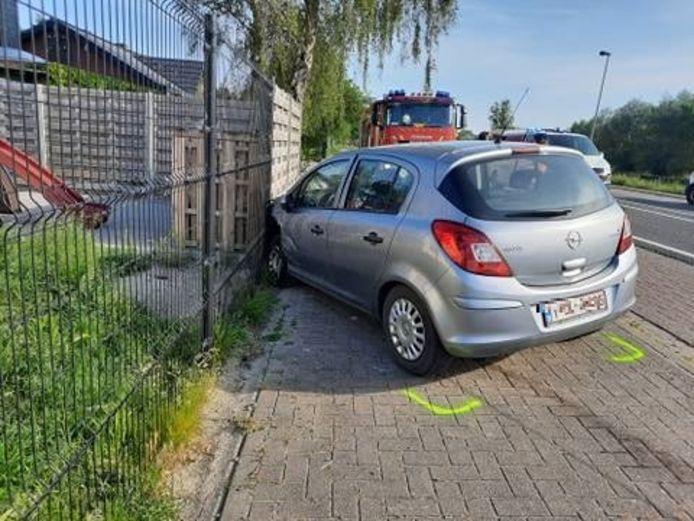 De beschadigde Opel van de 78-jarige bestuurster.