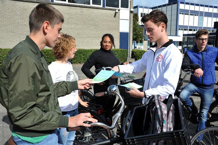 Bij de bewustwordingsactie op het schoolplein van De Lage Waard in Papendrecht kregen leerlingen een vragenlijst.