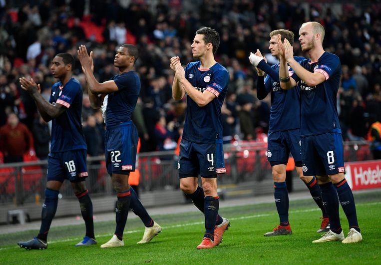 De Eindhovenaren danken de meegereisde fans voor de steun.