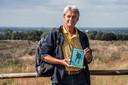 Paul Klinkenberg vlakbij de plek op de Mookerheide waar de geheimzinnige greppels liggen. Dankzij het boekje 'De Vuurproef van het Grensbataljon' wist hij het mysterie eindelijk te ontrafelen.