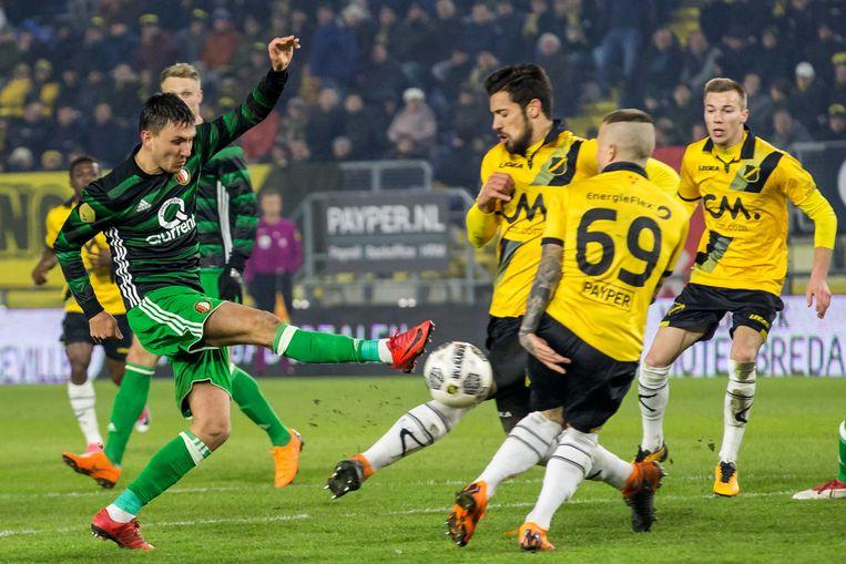 Feyenoord-speler Steven Berghuis (links) schiet de bal tegen NAC-speler Pablo Mari (rechts). Beeld ANP Pro Shots
