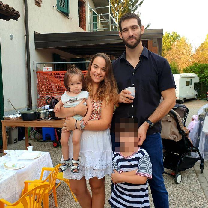 Les parents d'Eitan (visage flouté) sont décédés dans l'accident: Amit Biran (son père) et Tal Peleg (sa mère). Son grand frère Tom (non présent sur la photo) également, ainsi que ses arrière-grands-parents venus d'Israël pour passer quelques jours dans la région.