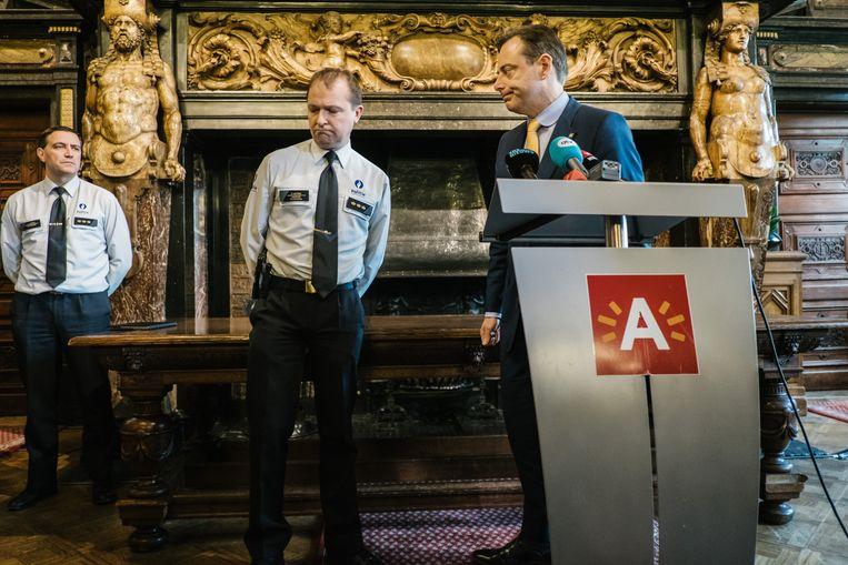 Bart De Wever op de persconferentie over de man die met zijn wagen aan hoge snelheid over de Meir reed. Beeld Wouter Van Vooren