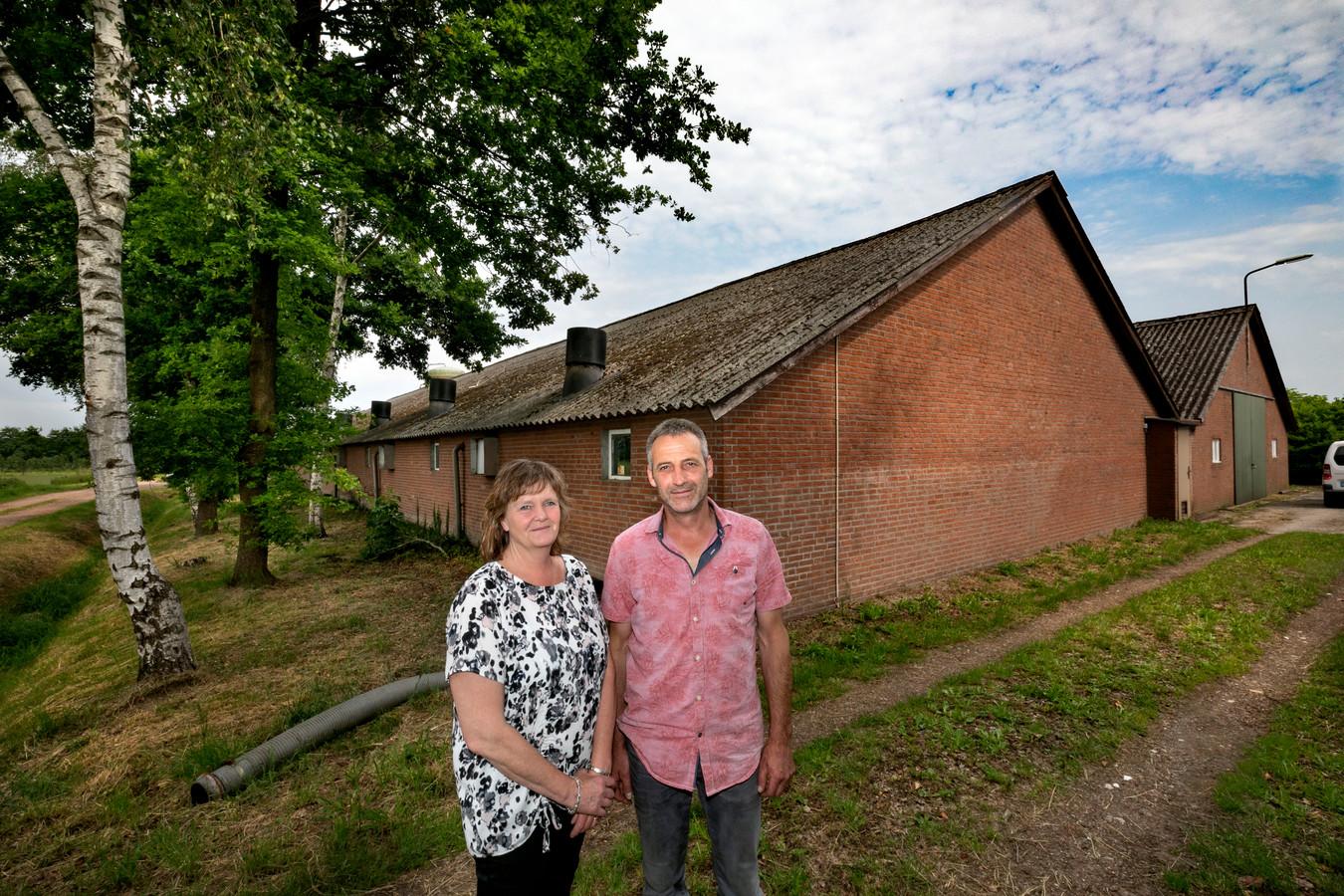 Miriam en Johnny Geraets bij hun varkensbedrijf in Heeze (archieffoto).