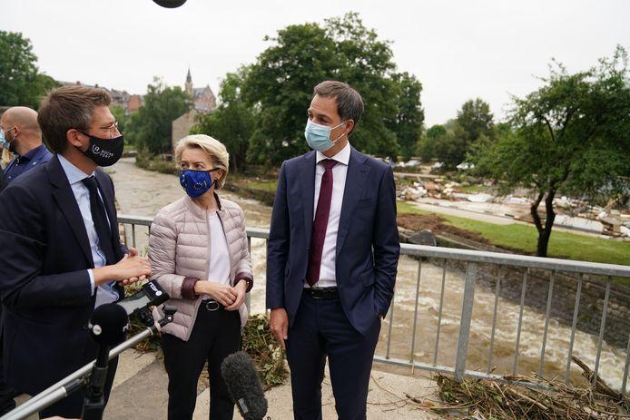 Minister van Werk Pierre-Yves Dermagne (PS), voorzitter van de Europese Commissie Ursula Von der Leyen en premier Alexander De Croo (Open Vld) in het door het noodweer getroffen Rochefort.