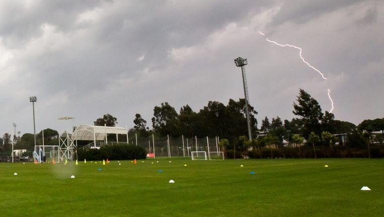 De bliksem slaat in in Belek, vlakbij het trainingsveld van Ajax. Beeld pro shots