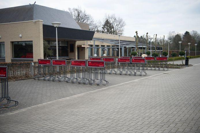 Malle in tijden van corona. Een lege parking aan Café De Trappisten.