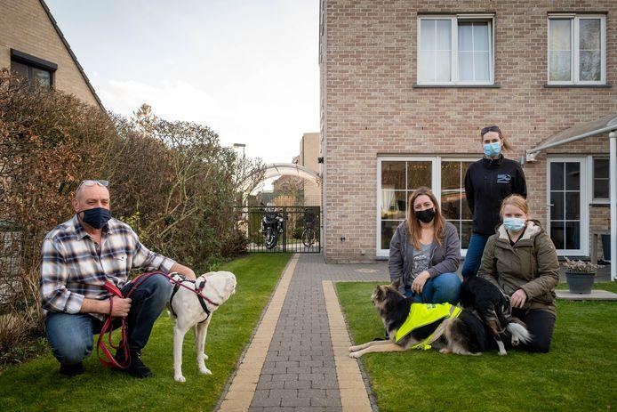 Links Leo Pauwels met Mila, rechts Kimberley Swiggers, Jessy Van Bael en Lara Van Camp  van vzw LOSTDogzzz met honden Sky en Nouga
