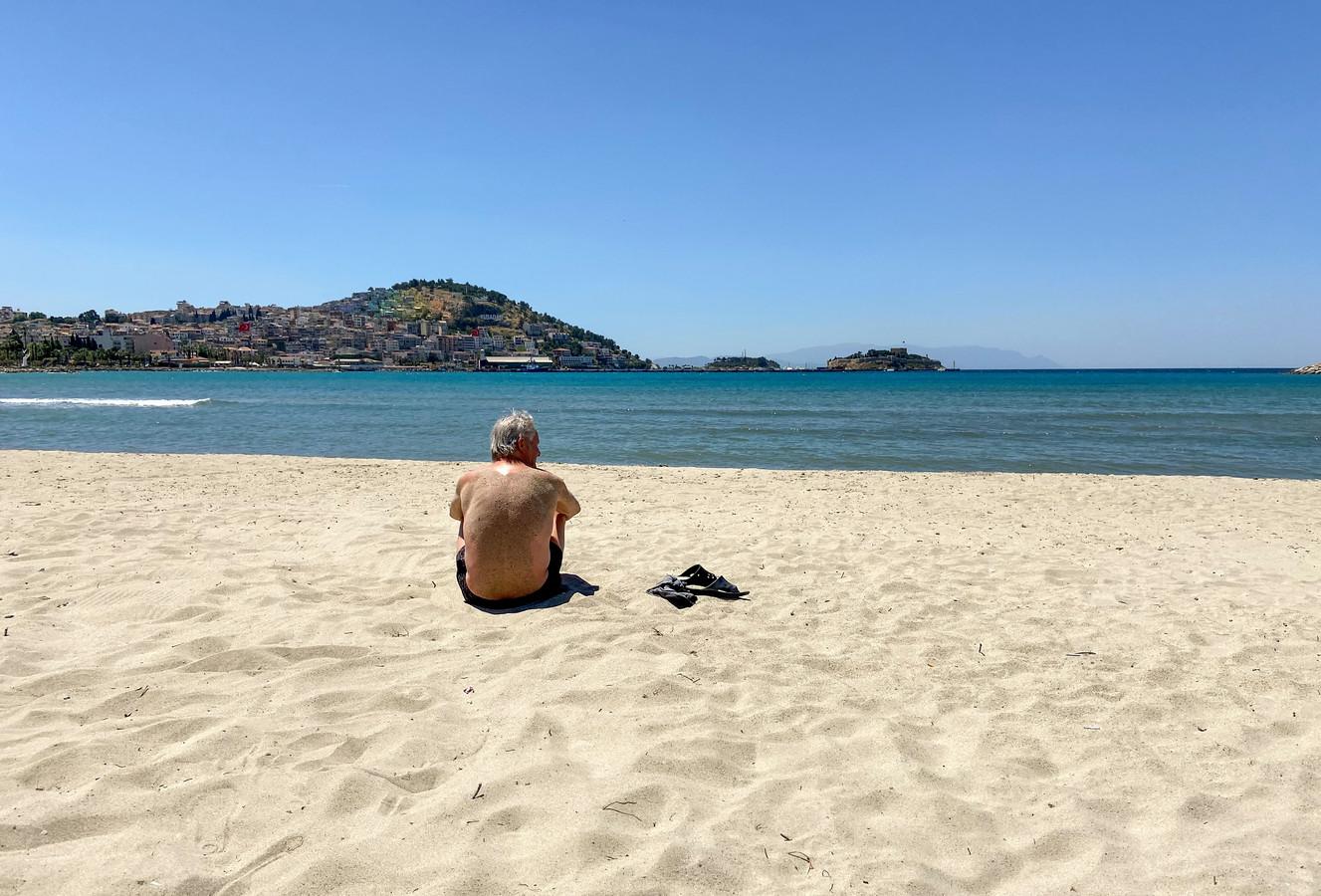 Terwijl de Turkse bevolking in een strenge lockdown zit vanwege het coronavirus mogen buitenlandse toeristen zich vrij bewegen in de badplaats Kusadasi.