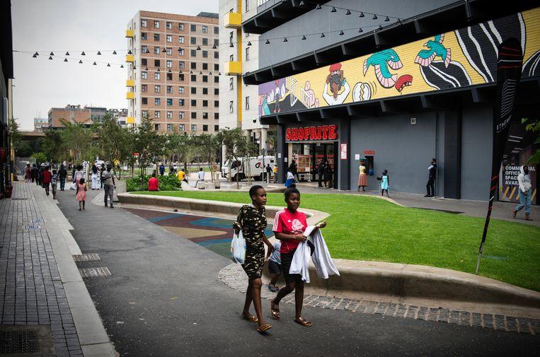 Johannesburg - 9 februari 2021 - Jewel City is een nieuwe wijk op de plek waar vroeger, in een ommuurde vesting, diamanten werden geslepen. Doordat die muren verdwenen en de doodlopende wegen eromheen weer zijn doorgetrokken is de wijk Maboneng verbonden met de binnenstad en nam de criminaliteit sterk af. Op veel plekken in de oude binnenstad van Johannesburg knappen projectontwikkelaars gebouwen op. Foto: Bram Lammers Beeld Bram Lammers
