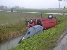 Twee auto's belanden in de sloot bij botsing in Maasbommel