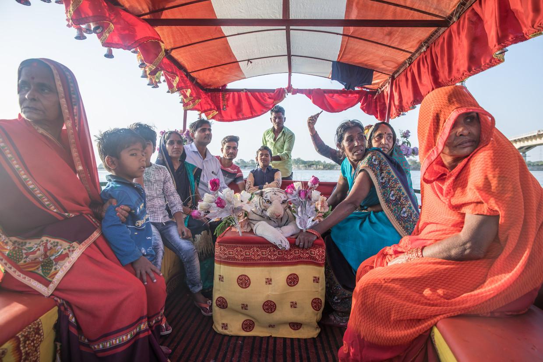 Een boottochtje van hindoes over de heilige rivier bij Ayodhya, vlak voor een religieus festival. Beeld Foto Marlena Waldthausen