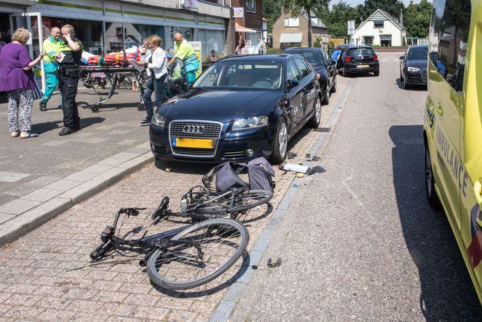 Een e-biker is geschept door een automobilist.