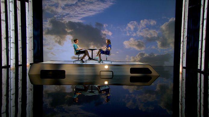 Presentatrice Janine Abbringe en tafelgast Rosanne Hertzberger in de eerste aflevering van Zomergasten.