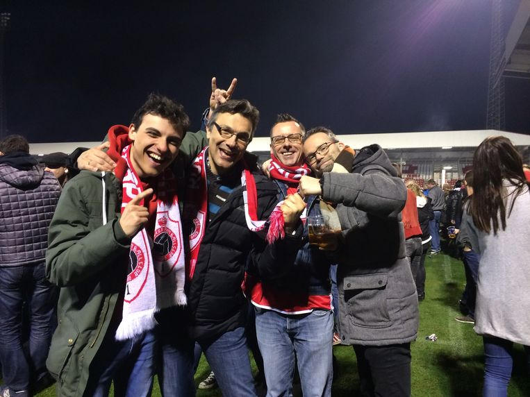 Guy viert met zijn zoon en vrienden na de promotie van Antwerp naar eerste klasse in 2017.