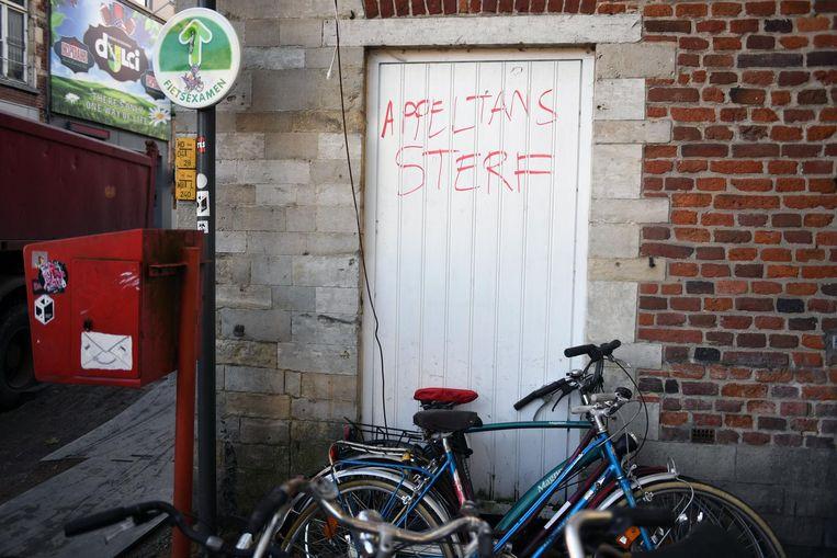 In rode letters schreef niet zo heel lang geleden iemand de boodschap 'Appeltans sterf' op een gevel in de Tiensestraat. De familie met veel eigendommen in Leuven is ondertussen voorwerp van een gerechtelijk onderzoek.