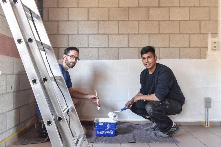 Begeleider Jan Alleman (links) en Valentin Stanislavov aan het werk in jeugdhuis Zenith.