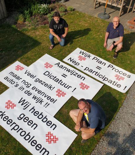 Spandoeken liggen klaar voor protestmars in Zandberg tegen betaald parkeren
