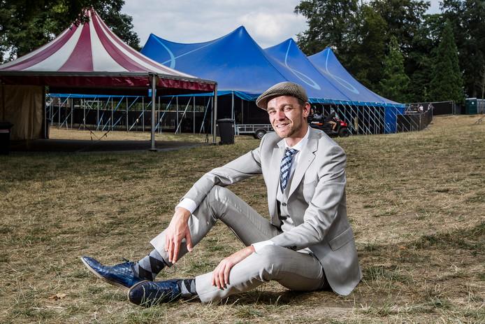Jan Terlouw jr. staat op de planken tijdens het Deventer Brechtfestival, dat van 5 tot en met 10 december wordt gehouden op diverse locaties.