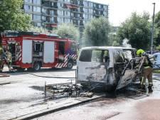 Bestelbus vat midden op de snelweg vlam en brandt net na de afslag volledig af