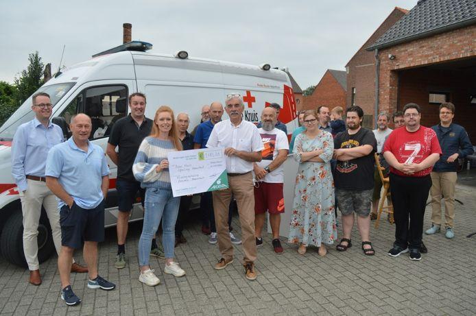 De leden van het Herenthoutse Rode Kruis kregen de cheque uit handen van Evi van den Broeck