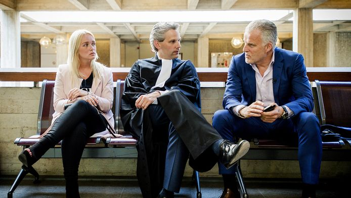 Peter R. de Vries (R) samen met Chantal en haar advocaat Thomas van Vugt bij de rechtbank Amsterdam.