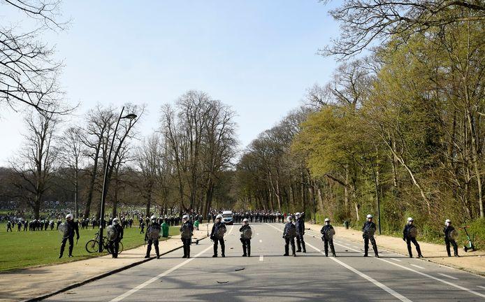 Politie massaal aanwezig in Ter Kamerenbos.