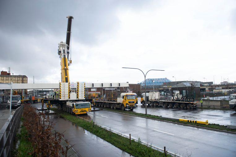 Het eerste brugdeel van de toekomstige passerelle werd geplaatst.