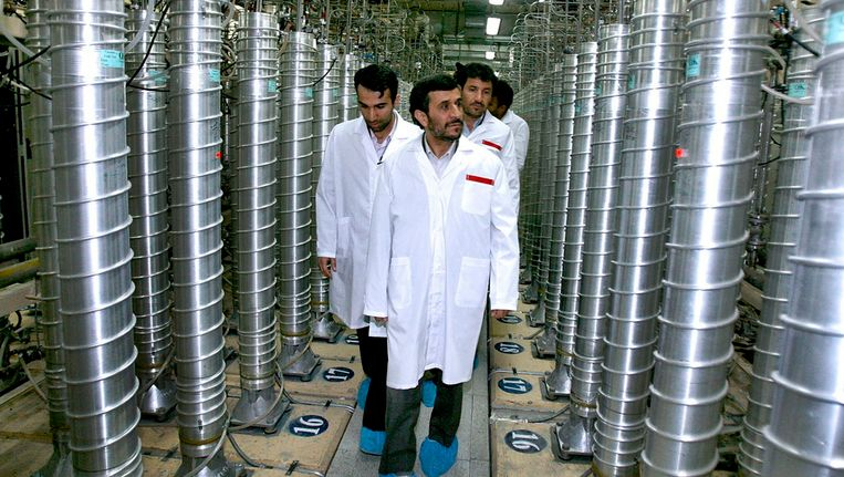 De Iraanse president Mahmoud Ahmadinejad bezoekt de fabriek in Tatanz Beeld AP