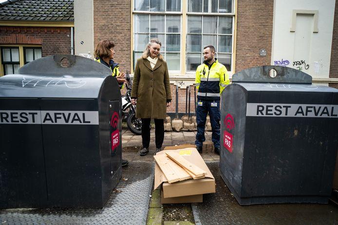 """Wethouder Cathelijne Bouwkamp, op stap met de schonebuurtcoach in het Spijkerkwartier: ,,Ik hoop op een hoge opkomst bij het afvalreferendum."""" Archieffoto: Rolf Hensel"""