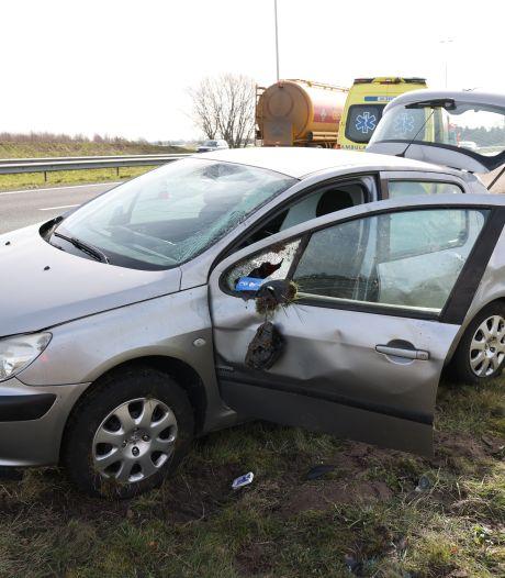 Automobilist slaat over de kop op de A50 bij Apeldoorn