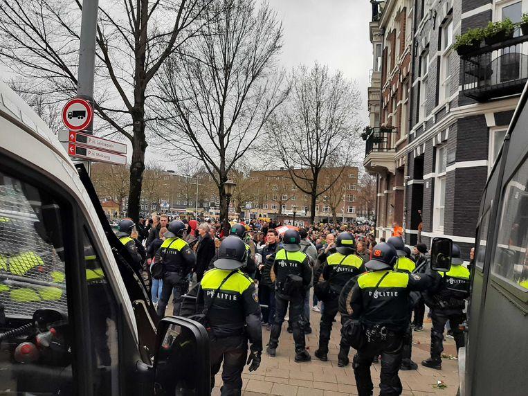 De politie maakt zich op om de betogers af te voeren. Beeld Marc Kruyswijk