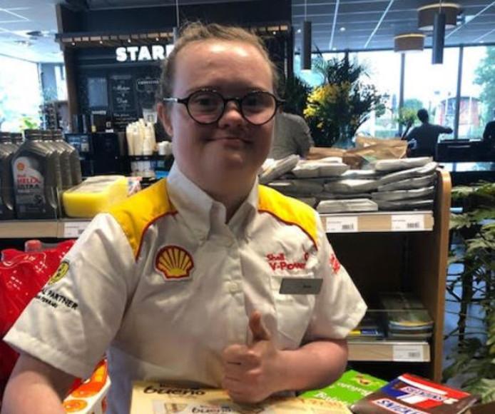 Sterre Kootstra (19) heeft syndroom van Down en werkt bij tankstation Klok.