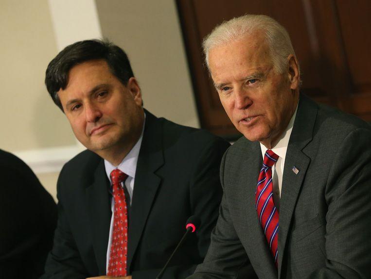 Joe Biden (rechts) en Ron Klain (links) in 2014, toen Klain de toenmalige president Barack Obama adviseerde over de aanpak van de ebola-epidemie. Beeld AFP