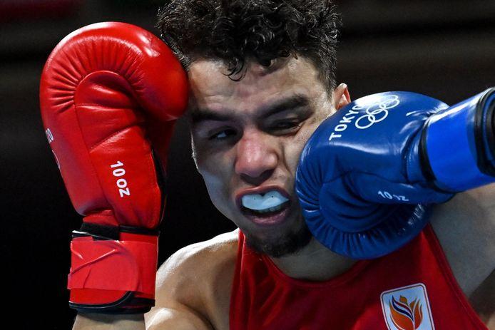 Enrico Lacruz incasseert een klap van de Amerikaan Keyshawn Davis tijdens de Olympische Spelen van Tokio. Foto Luis Robayo/AFP