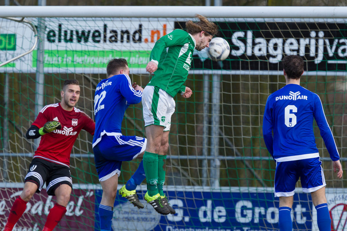 William van den Hul, hier koppend in zijn actieve carrière als voetballer van Owios, is vanaf komende zomer trainer van Hulshorst.