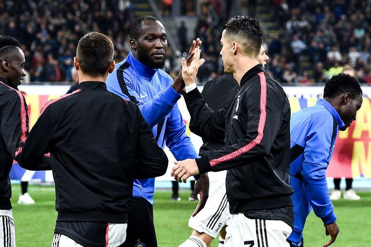 Cristiano Ronaldo begroet Lukaku voor de wedstrijd Inter - Juventus. 'Hij zei dat hij overal goals had gescoord, maar dat dat in Italië het moeilijkste is.' Lukaku geeft hem ondertussen gelijk.  Beeld Photo News