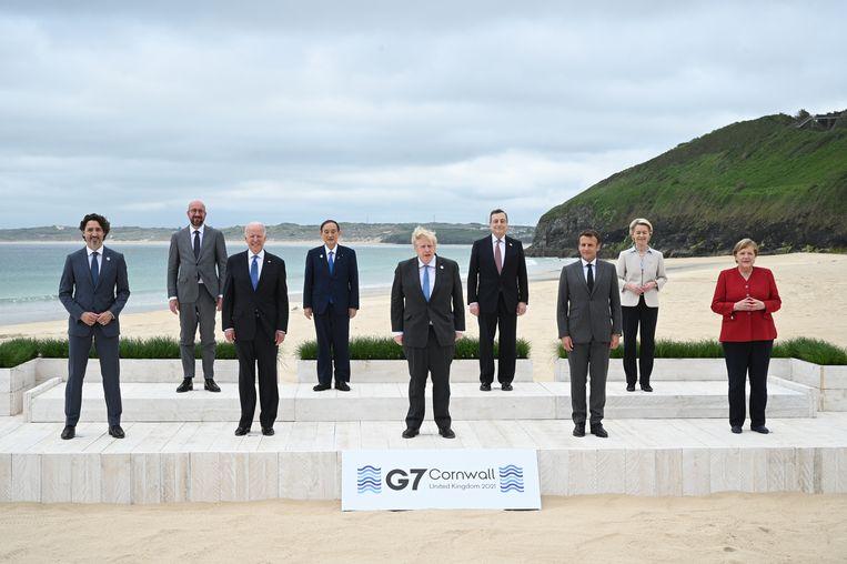 De wereldleiders op het strand, op anderhalve meter afstand, voor de traditionele G7-foto.  Beeld Getty Images