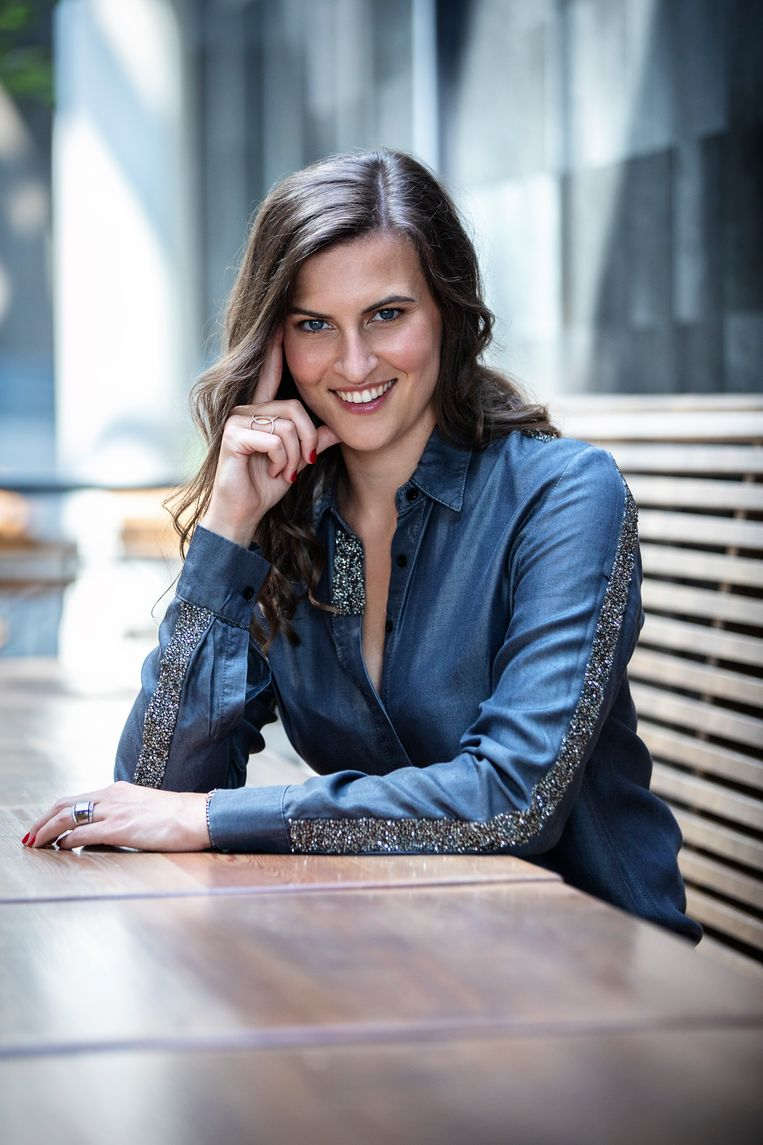 Seksuologe Chloé De Bie: 'We mogen niet elke studentenclub over dezelfde kam scheren, maar we moeten wel ingaan tegen seksuele wantoestanden binnen deze verenigingen.' Beeld VTM