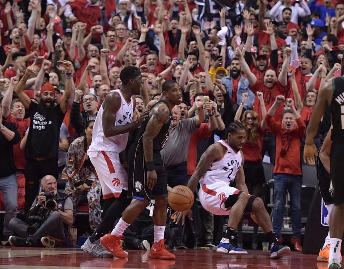 Toronto Raptors-fans in extase na weer een punt van de vallende forward Kawhi (rechts)/