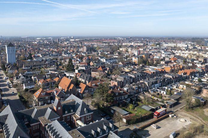 De Hofkamp met linksonder het St. Elisabethcomplex en daarvoor de Hofkampstraat, de (zo vaak luidruchtige) route van- en naar de binnenstad.