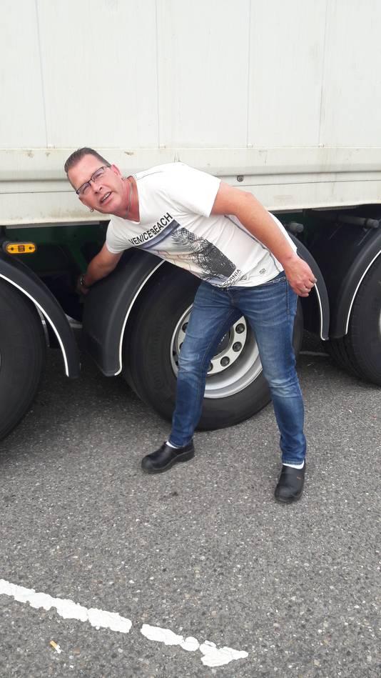 Vrachtwagenchauffeur Arno van Oort laat zien waar een verstekeling zich zoal verbergt. ,,Hier, op de as. Levensgevaarlijk.'