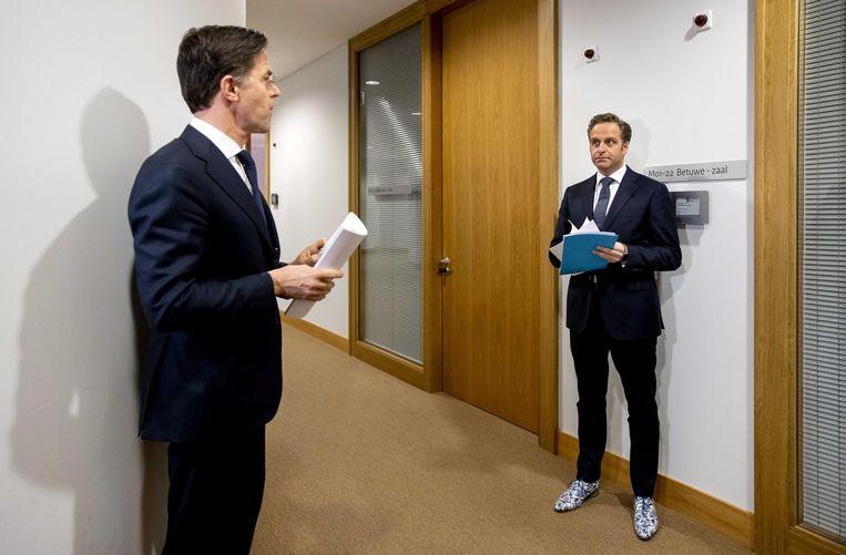 Demissionair premier Mark Rutte en demissionair minister Hugo de Jonge voorafgaand aan een toelichting op de coronamaatregelen in Nederland.  Beeld ANP