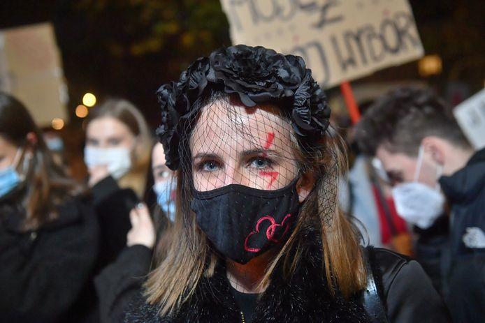 Tienduizenden demonstranten gingen vrijdagavond in de Poolse hoofdstad Warschau de straat op om te protesteren tegen een verdere inperking van het recht op abortus.  (30/10/2020)