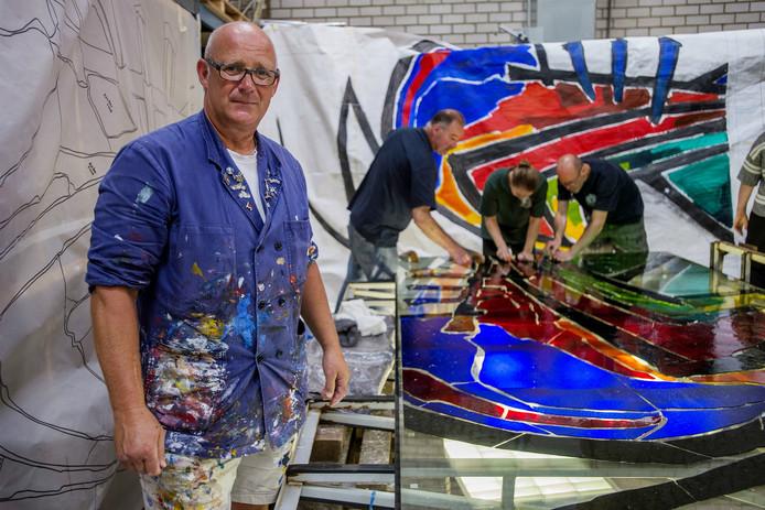 Rob van Trier maakt een glazen kunstwerk voor het Tomadohuis in Dordrecht.
